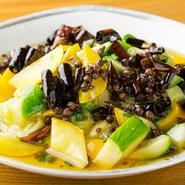 茹でたズッキーニと唐辛子に油を注いでつくる夏のメニュー。旬のズッキーニの素材の美味しさを存分に味わえます。