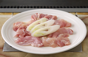 噛むほどに旨みがにじむ、鹿児島産の地鶏「さつま地鶏」を使用した人気の鉄板焼メニューです。塩はヒマラヤの岩塩を使用。