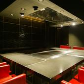 黒と赤のコントラストが、高級感を際立たせ、料理にアクセントを