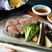 最高級品質として名高い『仙台牛』は、甘みが強く、上質な赤身と脂身が特徴的。誰もが一度食べたら忘れられないその希少価値の高いお味は、各種コースでじっくり味わえます。お供には、ぜひ地酒をどうぞ。