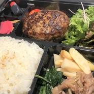 黒毛和牛を使ったハンバーグはとてもジューシーかつボリューム満点のお弁当です。※ご注文は1個から ご注文受付日:火曜日~金曜日 11:30~18:30まで 5個以上ご注文の際は配達のご相談も承ります