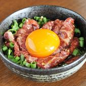 甘い霜降り馬肉と風味豊かなゴマ油、こだわり卵のコラボが絶品『霜降り馬肉のさくらユッケ』