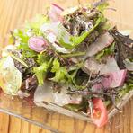 地野菜と地魚だけでつくるサラダ。魚の種類は日によって変わります。3種類の魚と朝とれた地魚が夜にはテーブルに並ぶのが魅力。野菜も毎朝仕入れる鎌倉野菜を使った、鮮度が自慢の人気の一品です。