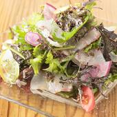 魚介も野菜も鮮度抜群な『本日の地魚のカルパッチョ サラダ仕立て』