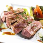 こだわりの焼き加減で旨味たっぷりのお肉と、地野菜がたくさんついたボリュームメニュー。ソースはその時によって変わることも。野菜も季節によって変るので、いろいろな種類の味わいが楽しめる一皿です。