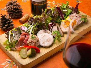 自家製の無添加手づくりのシャルキュトリーの盛り合わせ『美食家のサラダ~サラダ・グルマンディーズ』