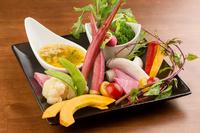 噛むほどに甘味の広がる鎌倉野菜を使ったバーニャカウダー。「紫オクラ」「コリンキー(カボチャ)」「コウシンダイコン」などの個性豊かな野菜たちは、彩り鮮やかで目をも楽しませてくれます。