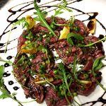 黒毛和牛のイチボを贅沢に炙り、カルパッチョにて。肉の旨みが違います。