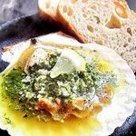 生でも食べれる鮮度のいい殻付きホタテを使用。自家製ガーリックバターがホタテの旨味を引き立てます。