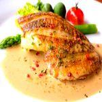 料理人自らが毎朝小坪漁港で仕入れる新鮮な白身魚のソテー。数種類の魚と野菜から出汁をとった「濃厚クリームソース」か、フレッシュトマトに火を入れて黒オリーブなどを加えた「さっぱりトマトソース」でどうぞ。