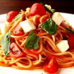フレッシュなトマトを煮詰めて作った自家製濃厚ソースに、相性抜群のモッツァレラチーズを添えたパスタ。