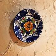 地中海をイメージした荒く塗られた壁に絵皿がかかげられています
