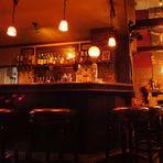 お店の特等席、カウンターでゆっくりとお酒を楽しむ夜