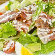 ベーコン・玉子・アボカド・トマトなど…具材たっぷりのサラダです