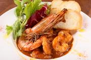 海老と香味野菜を魚介の旨みたっぷりのトマトソースで煮込んだ、スパイシーな一品です。自家製のサングリアと一緒に食べるのがおすすめです。