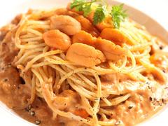 贅沢に生ウニの濃厚クリームソースパスタ、道産牛タリアータなど充実した料理内容。120分飲み放題付き