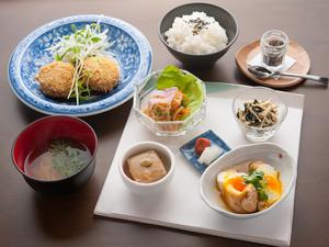 季節の素材を使った2週替わりのメニューと明日香棚田米のご飯と一緒にいただく『わんずはーとのごはん』