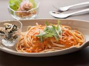 奈良県吉野産のくず粉入り干麺を、注文を受けてから茹であげた、蟹トマト風味のパスタ。程よく麺に芯を残しながらも、葛独特のつるっとした食感が楽しめます。ソースもよく絡み、喉ごしよくいただけます。
