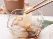 粉ものの名産地、奈良県吉野産の本わらび粉を、注文を受けてから練り上げています。こだわりは、気泡が見える透明感と、箸でつまめるぎりぎりの柔らかさ。黒豆きな粉をつけていただくやさしい味のスイーツです。
