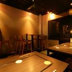 優しい色合いの照明に広くゆったりとした席。落ち着いた隠れ家的な雰囲気の中でお酒や食事を堪能できるお店。日本酒などお酒の種類も多いので1人飲みの夜にもオススメです。