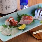 その時期のさまざまな旬の食材を使った料理が味わえる【がじゅまる食堂】。中央卸売市場に足を運び仕入れた鮮魚が揃います。天然の魚はお酒のお供としても最適。旨みたっぷりな料理とお酒をじっくり堪能できます。