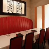 接待や合コン向けの個室は、赤・白・黒のカラーが華やかなムード