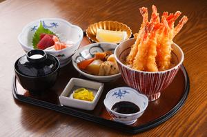 人気のメニュー『びっくりエビ天丼定食』