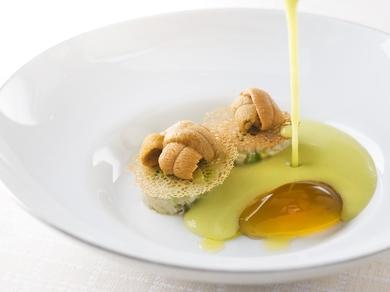 ほろ苦いスープと魚介の旨みが調和する『ズッキーニの冷製スープ、唐津産赤ウニと毛ガニ』