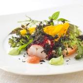 爽やかな風味が特徴の『オマール海老、マンゴーとキュウリのサラダ ハーブのソース』