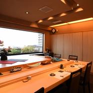畳敷きに椅子テーブル席の全4室の個室は2名からでも気軽に利用できます。窓側個室(一部屋)は天気が良い日中は、窓から津軽海峡が眺められます。