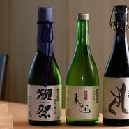 日本酒は店主が飲んで素直に美味しいと思えるおよそ30種をセレクト。北海道の地酒だけに限らず、淡麗辛口から濃醇旨口までさまざまなタイプが揃うので、鮨や料理に合わせてお楽しみいただけます。