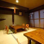 落ち着きに満ちた2階の和室。心安らぐお座敷で串揚げに舌鼓