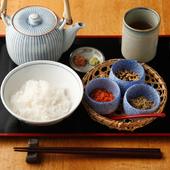 ほうじ茶の香りにホッとひと息、ちりめん山椒と一緒にいただく『お茶漬け』