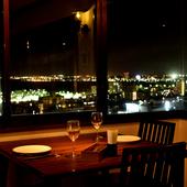 大きな窓からは美しい夜景。特別なひとときが過ごせます