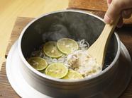 炊き上げた釜飯にすだちをトッピング『名物阿波すだち釜飯』