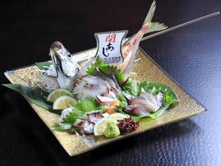 生け簀から出したばかりの新鮮な魚を使った『関アジ姿造り』