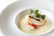 重層的な味わいの『真鯛のポワレ モンサンミッシェルのムール貝のスープと白イカのソテー添え』
