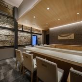 モダンな空間には、白木が美しいカウンターに8席