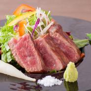 日本三大和牛の一つ、とろけるような柔らかさが特徴の「近江牛」。A5ランクの近江牛のステーキを、岩塩とわさび、ポン酢であっさりといただきます。写真はコースの一品。アラカルトは、さらにボリュームがあります。
