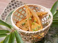 採れたてのタケノコを焼いてその甘味を最大限引き出した、シンプルな料理。甘めのしょうゆと木の芽(サンショウの若芽)でつくったタレが香ばしく、タケノコによくなじみます。春にしか出会えない、ぜいたくな味。