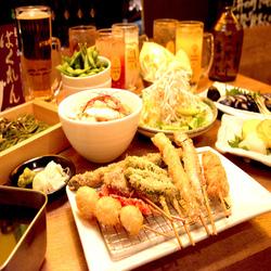 串カツ、おでん、人気の逸品料理、シメ物、デザートまでボリューム満点の贅沢コース