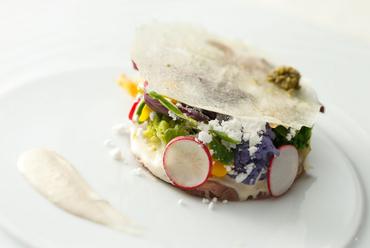 『仔牛のツナソース、小さなオーガニックサラダ添え里芋のチュイルとトリュフパウダー』
