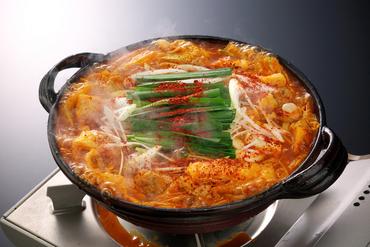 辛さの中に肉や野菜の旨みが引き立つ看板メニュー『赤から鍋』