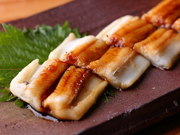 明石の海は、肉食のアナゴのえさとなる小魚や甲殻類が豊富。そのため、良質なアナゴがシーズンを問わず水揚げされます。丁寧に柔らかく蒸し上げたアナゴは、握りはもちろん、酒のあてにしても最高です。