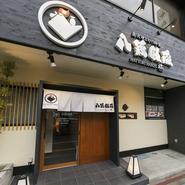 石巻駅のロータリーの目の前という好アクセスにある【八鶏飯蔵 極】。選りすぐりの旬の素材を使用した料理と、美味しいお酒、そして、ゆったりとしたお洒落な個室があるお店です。