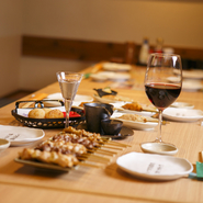 フレッシュで上質な鶏肉料理や、近海で水揚げされた新鮮な魚の『刺身』や『焼き魚』。ひとつひとつ趣の違う個室は、デートにも最適。美味しい食の話で会話も弾む事でしょう。