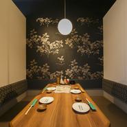 宮城近郊の美味しい食材を豊富につかった料理は、各種コースでも味わう事が出来ます。写真のお部屋は、個室の中でもひときわ優雅な雰囲気。大切な接待などにおすすめです。