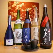 日本酒は大吟醸以上の種類を取り揃えています。石巻の地酒を中心に、酒蔵から直接仕入れるので、貴重な銘柄も。冷酒は、特注でつくられた器で堪能できます。