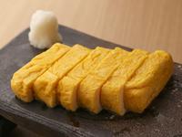 宮城の白石市にある竹鶏ファームの卵でつくる『出汁巻たまご』は、本当に綺麗な黄色。自然の恵みに改めて感謝したくなる美味しさです。