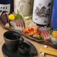 宮城県の金華山沖で漁獲される、肉厚で脂がのったマサバの「金華〆サバ」や、金華カツオなど。その日おすすめの鮮魚を盛り合わせに。